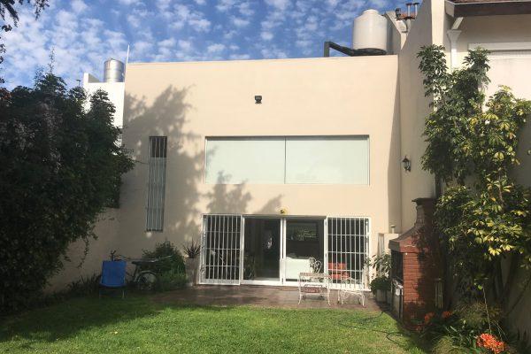 Moderna Casa Sobre gran lote de 8.66×27.5, con Gran Jardín. 3 Dormitorios y 3 Baños.